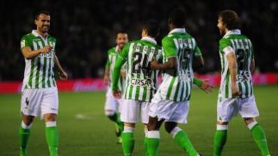 Betis remontó tres goles y salvo un empate en casa ante Sevilla.