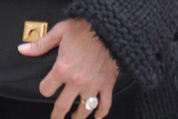 ¡Y ahí volvió a mostrar su tremenda joya de compromiso! Mira aquí los vi...