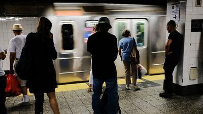 Usuarios se quejan por el calor intenso en algunos de vagones más antiguos del metro