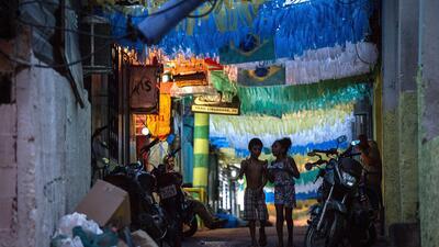 Festejos peligrosos en favelas de Brasil