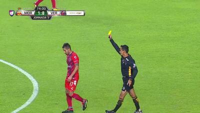 Tarjeta amarilla. El árbitro amonesta a Rodrigo López de Veracruz