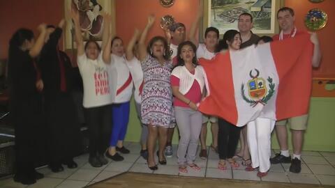 Peruanos celebran la victoria de su equipo