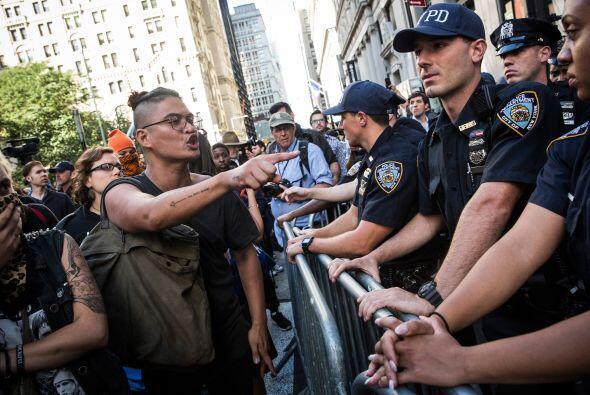 La protesta detuvo el tráfico en Broadway al sur de la Bolsa de Valores...