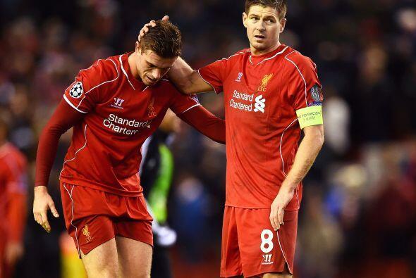 Steven Gerrard realizó un tremendo gol que se incrustó en el ángulo de l...
