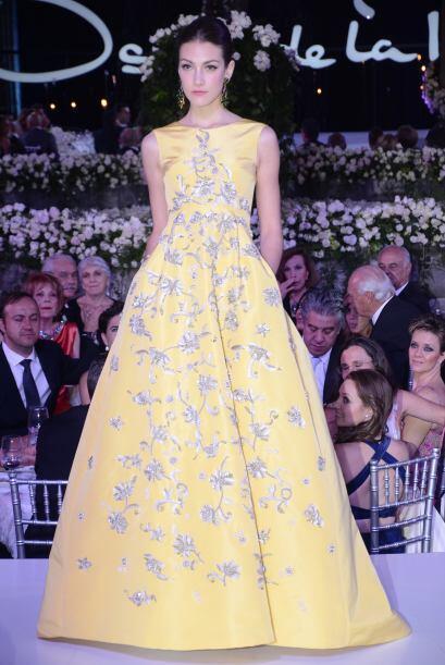 Los vestidos largos y de noche adornaron de manera delicada los cuerpos...