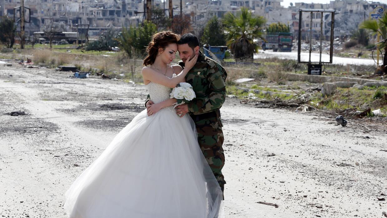 Nada Merhi, de 18 años, y el soldado del ejército sirio Ha...
