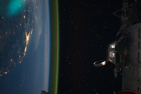 Vista lateral de Australia durante la noche, tomada desde la  Estaci&oac...