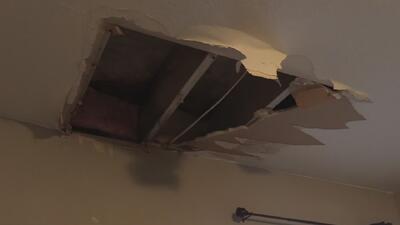 Familia denuncia que parte del techo de su casa se cayó porque no le repararon las goteras a tiempo