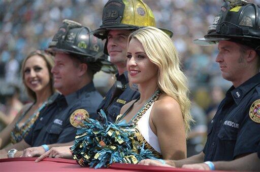 Mira las imágenes de las esculturales porristas de la NFL durane la prim...