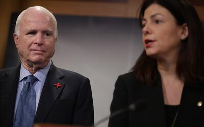 Los senadores John McCain (Arizona) Kelly Ayotte (New Hampshire)