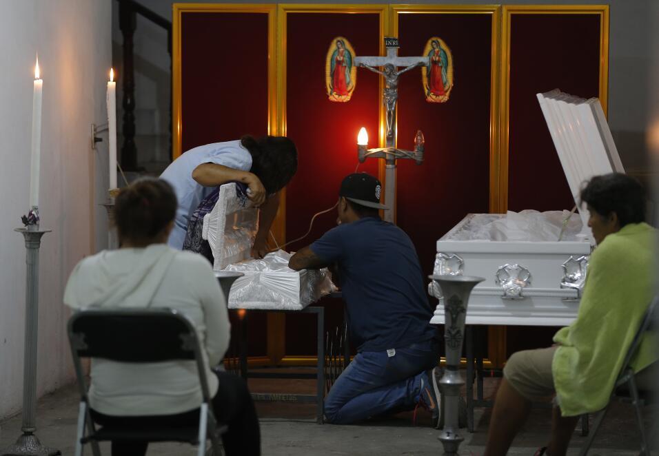 Miembros de la familia asisten al funeral del niño Daniel Novoa y...