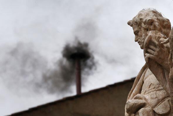 Sale humo  negro de la chimenea que se encuentra en el techo de la Capil...