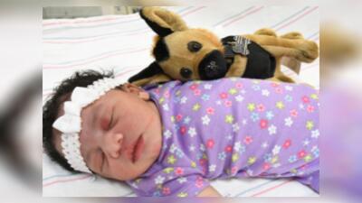La policía dio a conocer una nueva foto de la bebé abandonada.