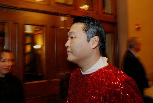 PSY salió vestido de rojo y lució un saco de lentejuela del mismo color,...