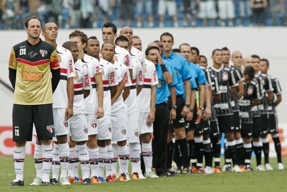 La formación de ambos equipos previo al clásico paulista entre Sao Paulo...