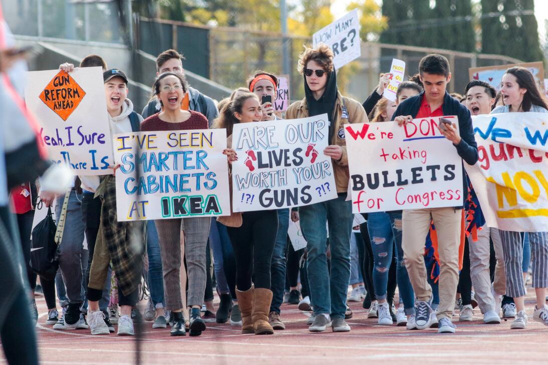 La Crescenta, California. Centenares de estudiantes en California se uni...