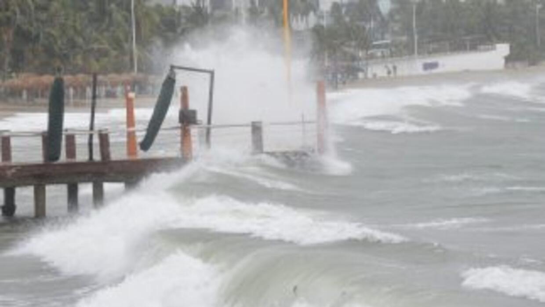 Carlos pasó de ser huracán categoría 1 a tormenta tropical, pero ha deja...