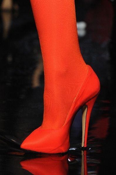 Llevar calzado en este tono y una medias mate del mismo, es una manera m...