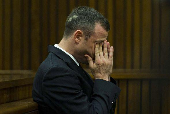 Pistorius se puso a llorar durante su declaración y continuó entre sollo...