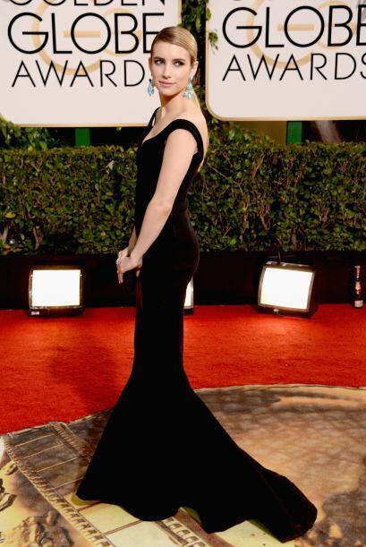 Emma Roberts lució su espigada figura en un vestido negro con escote en...