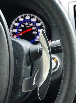 La transmisión automática de 7 velocidades se puede operar mediante esta...