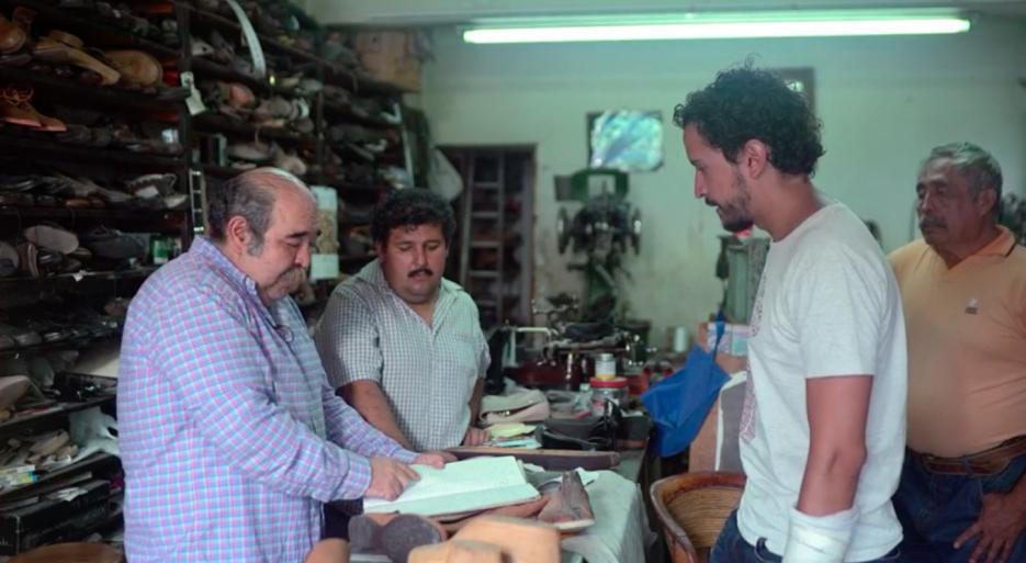 Ezequiel Méndez le explica a Jesús Martínez su labor como zapatero