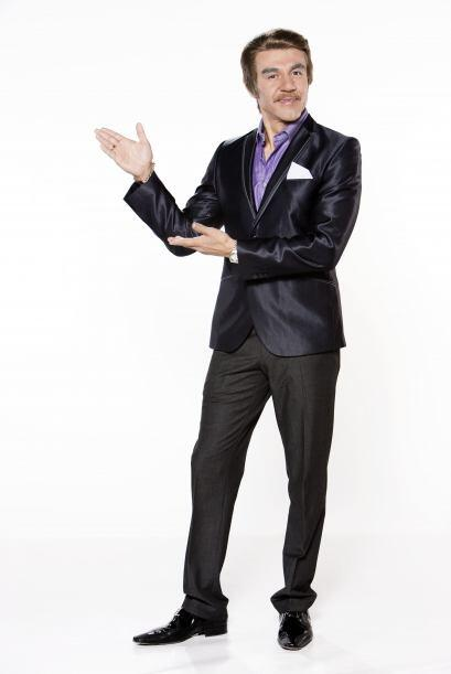 Adrián Uribe interpreta a varios personajes en este programa.