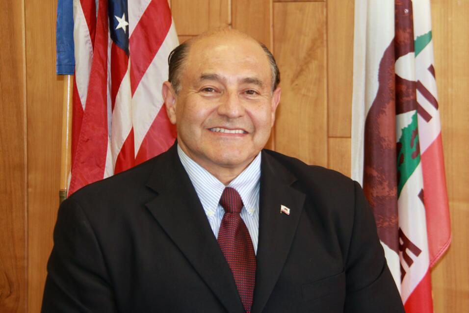 El exsenador estatal de California Lou Correa reemplazará en el Congreso...