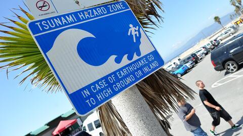 Una señal advierte el peligro de tsunami en la zona costera de Venice, e...