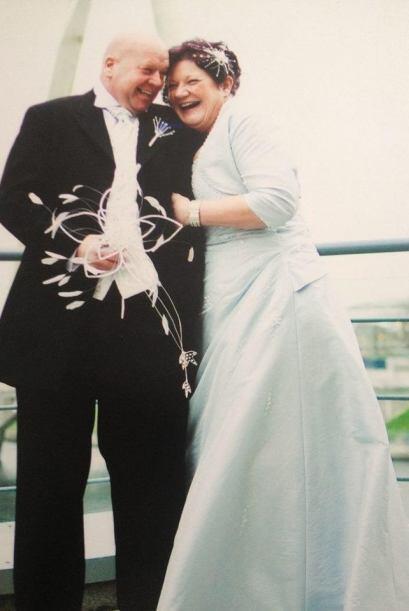La novia pudo llegar sin ayuda de muletas ni de una silla de ruedas al a...