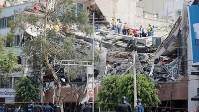 Rescatistas y residentes frente a un edificio en Colonia Condesa, en Méx...