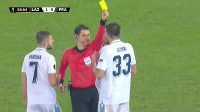 Tarjeta amarilla. El árbitro amonesta a Francesco Acerbi de Lazio