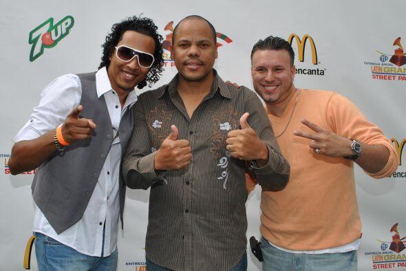 Raúl Acosta y miembros del grupo merenguero Oro Sólido posaron para nues...