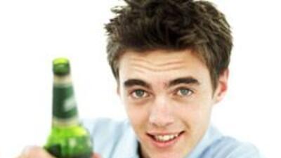 Chicos se sienten más atraídos a beber si madre bebió en embarazo.