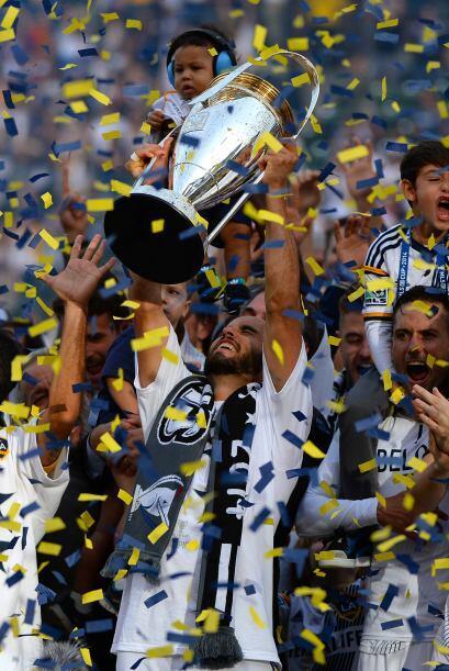 Después fue turno de Donovan de alzar por los aires el trofeo de campeón...