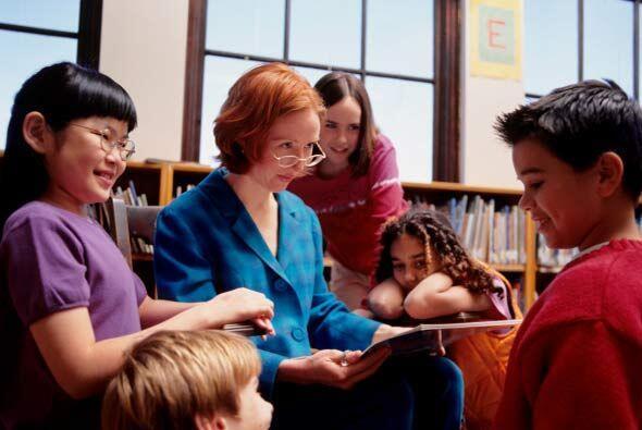 A lo largo del día, los docentes les leen libros a cada uno de los niños...