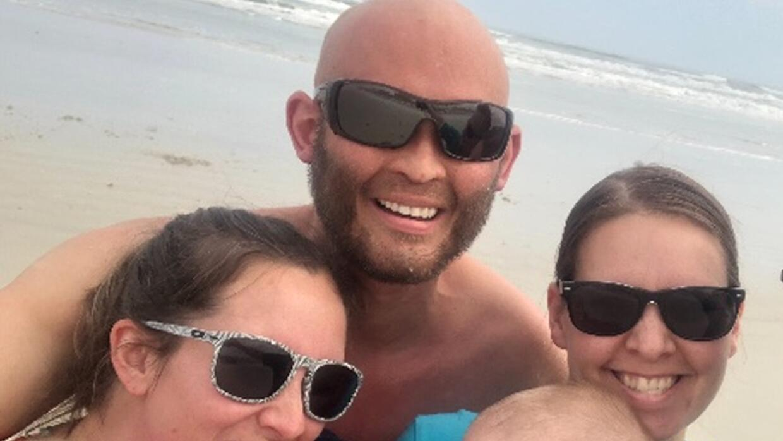 Lee Goggin, de 35 años, murió tras quedar sepultado bajo la arena cuando...