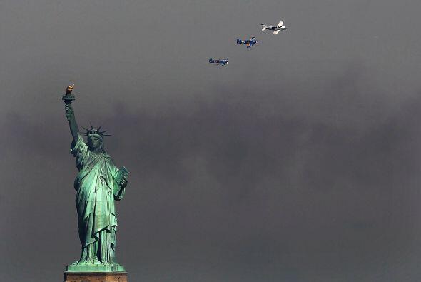 El desfile estuvo custodiado por aeronaves de la fuerza naval del país.
