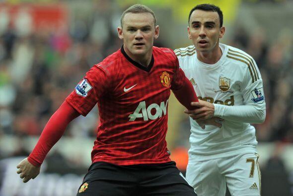 Wayne Rooney estuvo insistente al frente, pero los defensores contrarios...