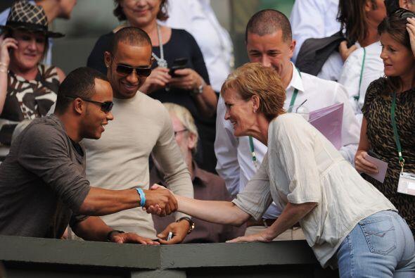 El piloto de F1, Lewis Hamilton (al centro), con la madre de Andy Murray.