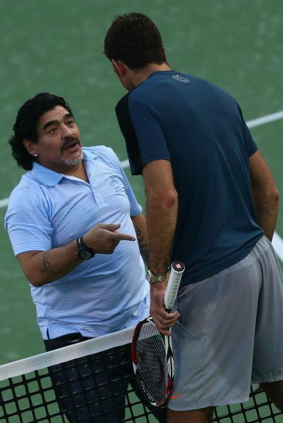 Maradona y Del Potro, dos astros argentinos en la cancha dura de Dubai.