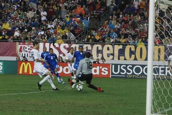 En la segunda parte Rudis Corrales sorprendió con este gol que puso arri...