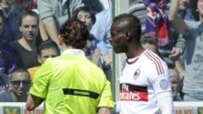 Balotelli se estuvo metiendo con las decisiones de los árbitros en el du...