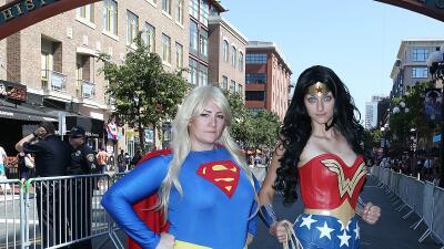 Superhéroes deambulan por las calles de San Diego