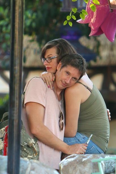 Pero cuando Milla se descuidaba, Paul aprovechaba para abrazarla y mimarla.