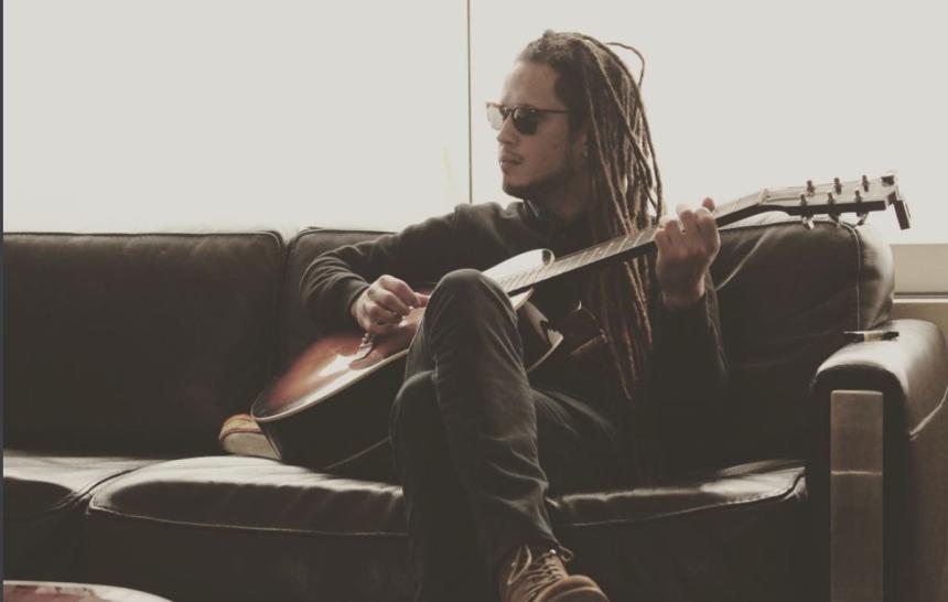 Empezó a tocar la guitarra y componer sus primeras canciones a los doce...