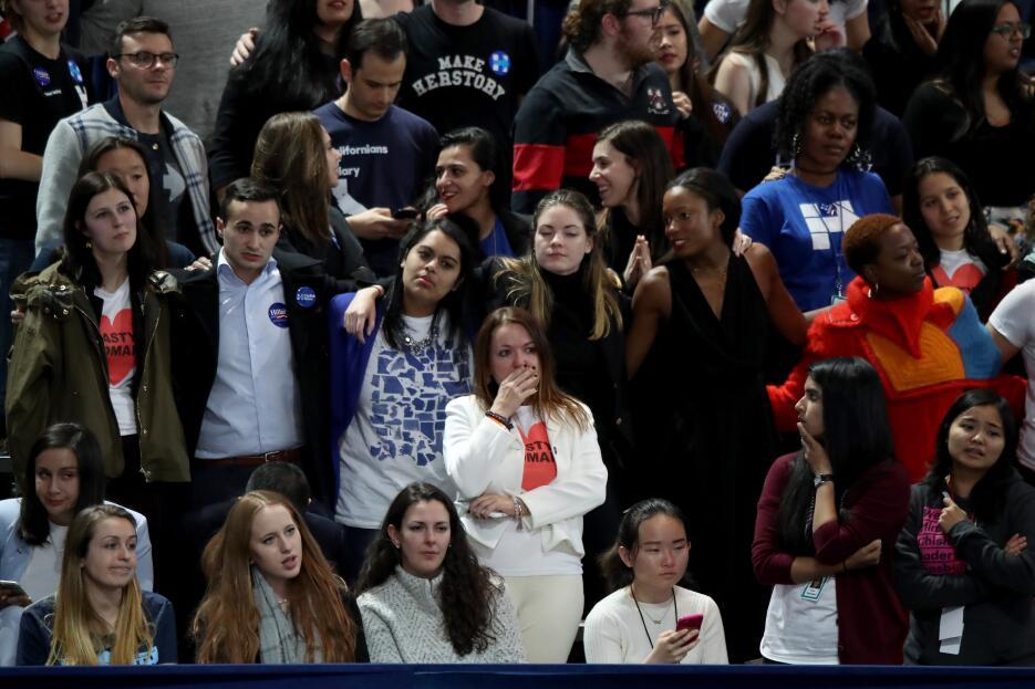 Ciudadanos de múltiples razas esperaron por Hillary Clinton hasta las 2:...