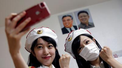 Las 'chicas militares' japonesas fanáticas de Corea del Norte (fotos)