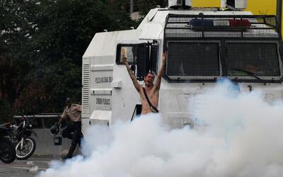 Joven venezolano protesta desnudo frente a los tanques de la Guardia Nac...