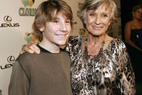 Erik con Cloris Leachman, quien salía de la abuela, juntos en 2006, cuan...